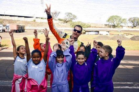Régis Boessio com as crianças do Truck Kids